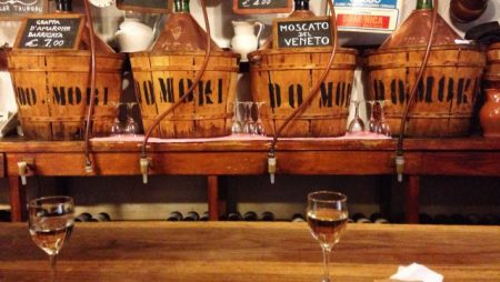 Rosina è la proprietaria di un bar, di quelli dove si beve forte …