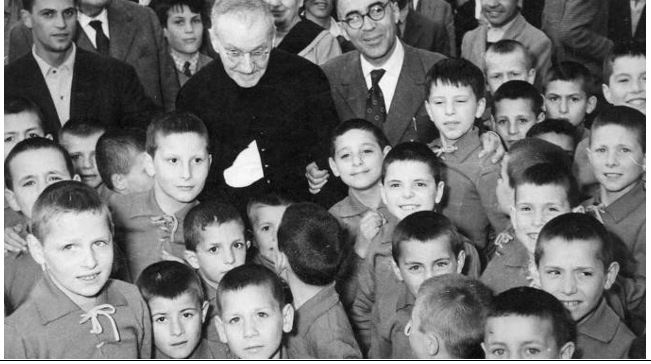 Don Giulio Facibeni, con il sindaco di Firenze Girgio La Pira e i bimbi da lui assistiti